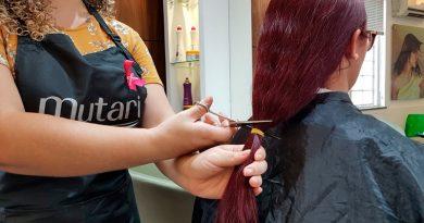 Profissionais de beleza oferecem corte de cabelo gratuito para doar aos pacientes da fundação Laço Rosa no Rio de Janeiro